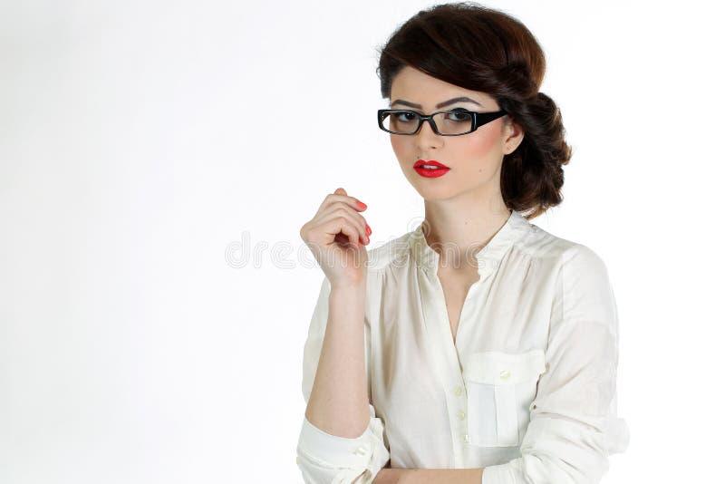 Femme d'affaires avec des verres d'isolement sur le blanc image libre de droits