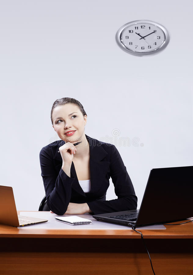 Femme d'affaires avec deux ordinateurs portatifs images libres de droits