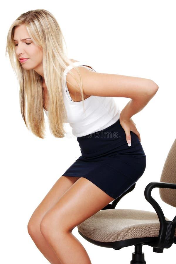 Femme d'affaires avec douleur dorsale photographie stock libre de droits