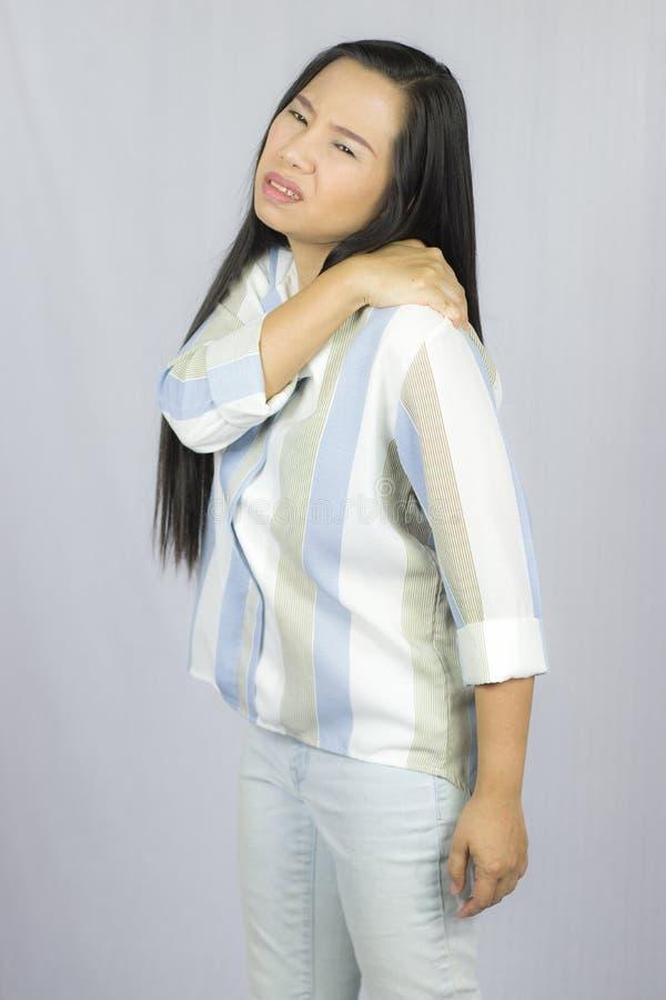 Femme d'affaires avec douleurs de dos, souffrant des douleurs de dos d'isolement sur le fond gris photos stock