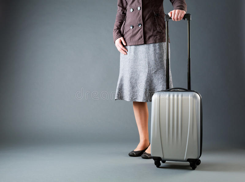 Femme d'affaires avec Gray Suitcase photos stock