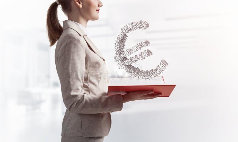 Femme d'affaires avec l'euro symbole mon?taire photographie stock libre de droits