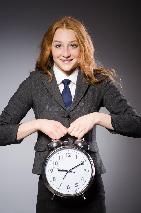 Femme d'affaires avec l'horloge étant en retard images libres de droits