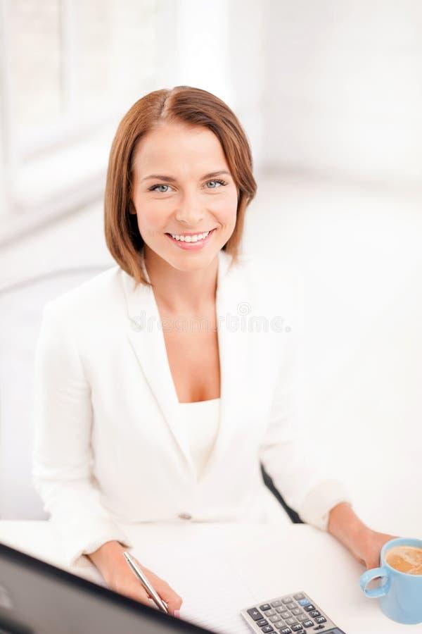 Femme d'affaires avec l'ordinateur, les documents et le café images stock