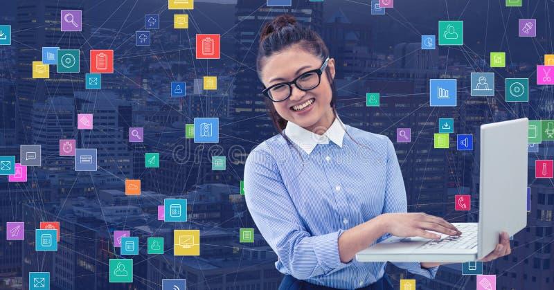 Femme d'affaires avec l'ordinateur portable contre la ville de nuit avec des connecteurs photographie stock libre de droits