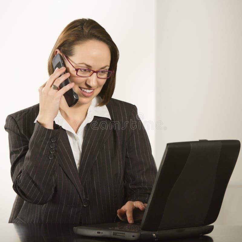 Femme d'affaires avec l'ordinateur portatif. photographie stock