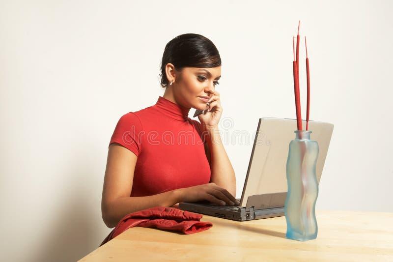 Femme d'affaires avec l'ordinateur portatif et le téléphone images libres de droits