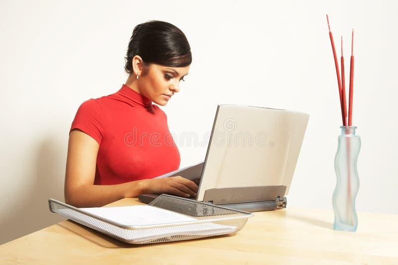 Femme d'affaires avec l'ordinateur portatif et le téléphone photo libre de droits