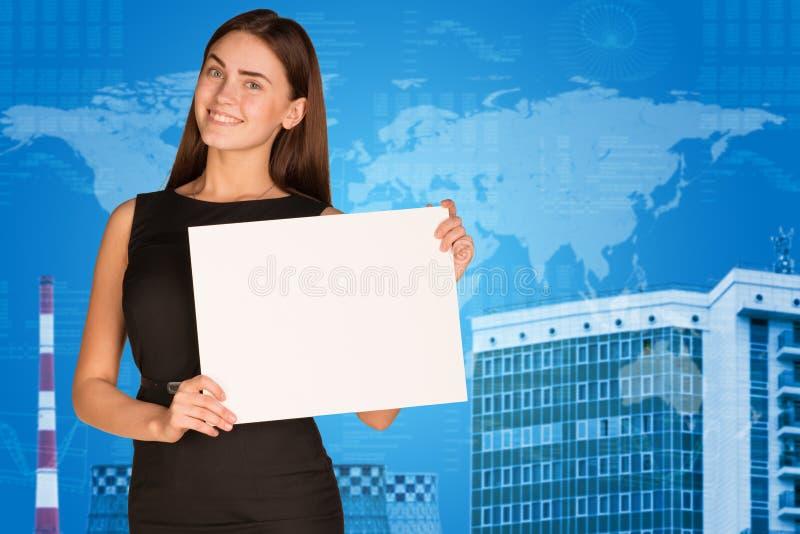 Femme d'affaires avec la carte, les graphiques et le bâtiment du monde photos stock