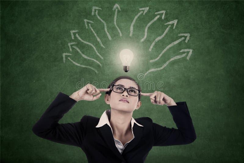 Femme d'affaires avec la carte lumineuse de lumière et d'esprit photo stock