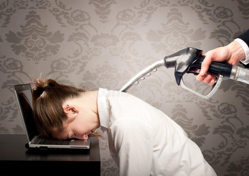 Femme d'affaires avec la pompe à essence sur le sien de retour images libres de droits