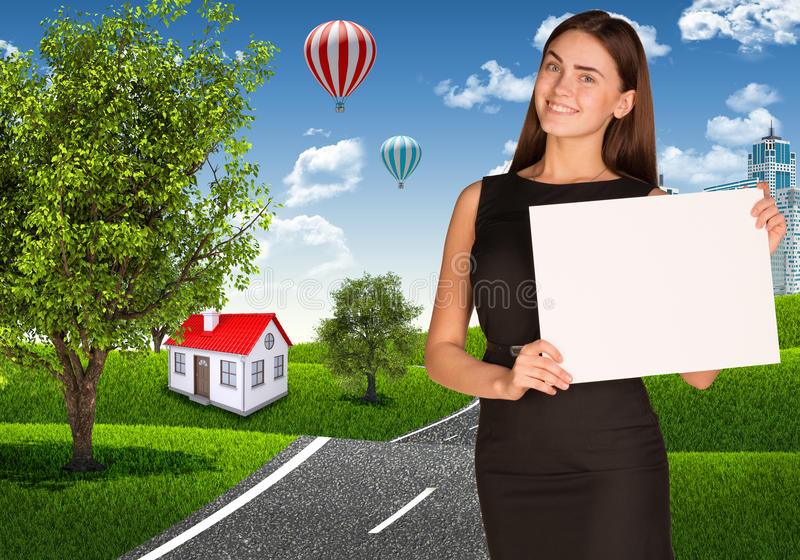 Femme d'affaires avec la route près de la petite maison photos libres de droits