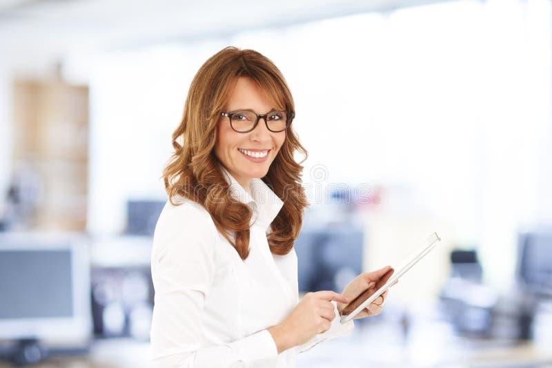 Femme d'affaires avec la tablette de Digitals photos stock