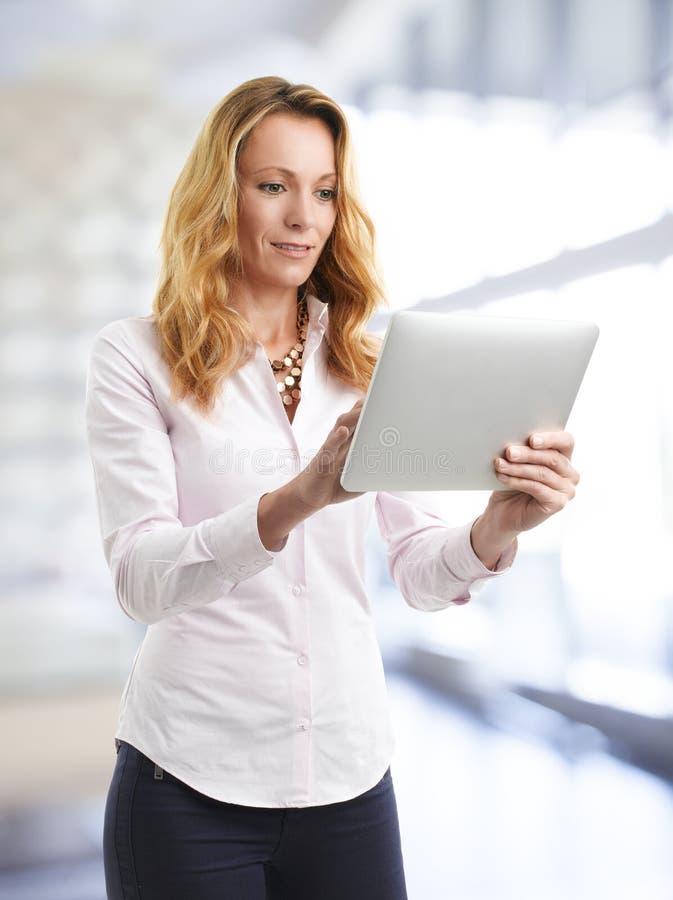 Femme d'affaires avec la tablette digitale images libres de droits
