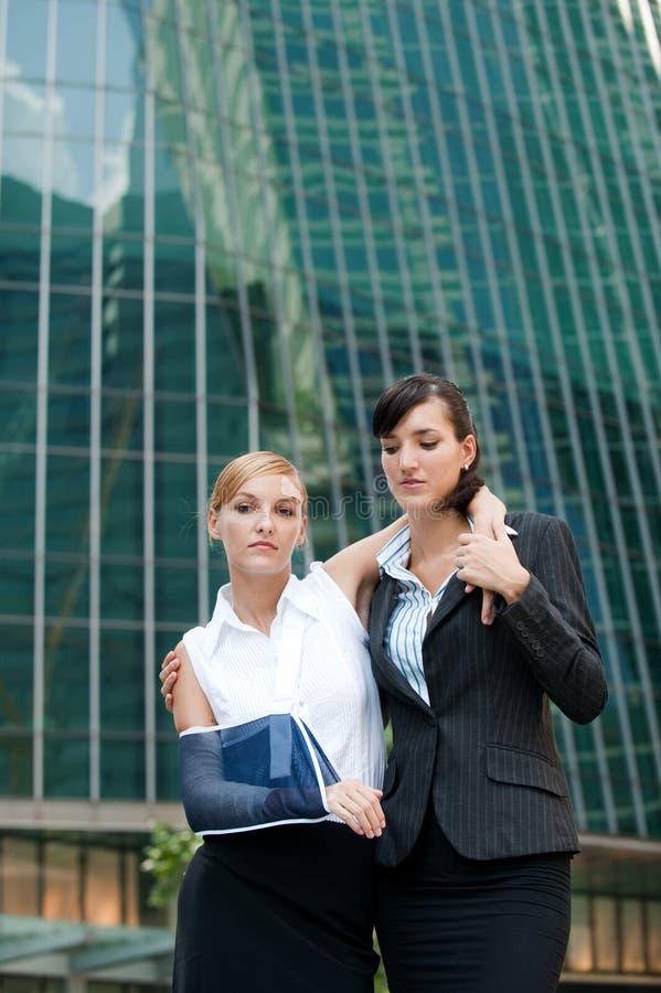 Femme d'affaires avec le bras blessé photo libre de droits