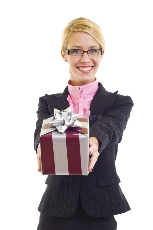 Femme d'affaires avec le cadeau photographie stock libre de droits