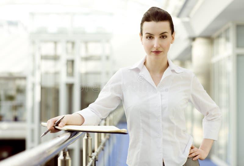 Femme d'affaires avec le calendrier images stock