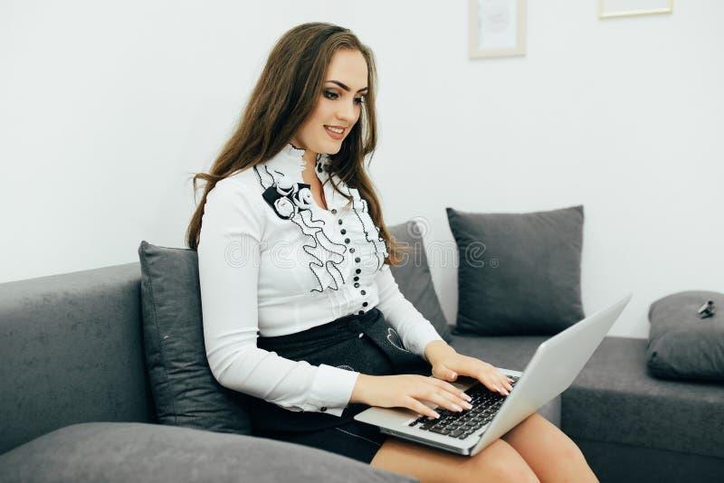 femme d'affaires avec le carnet dans le bureau sur le sofa images libres de droits