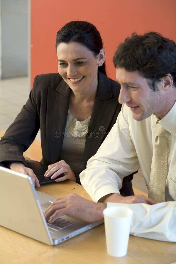 Femme d'affaires avec le collègue images libres de droits