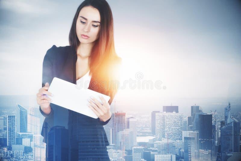 Femme d'affaires avec le comprimé dans la ville photos libres de droits