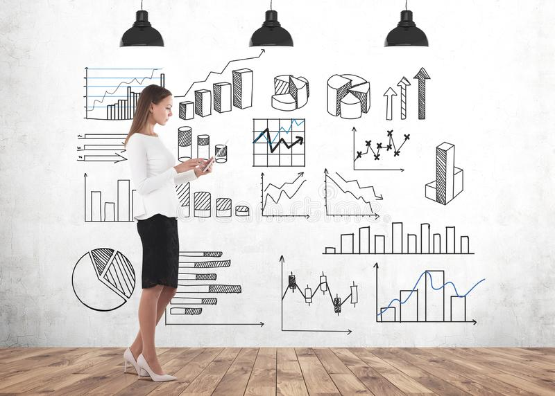 Femme d'affaires avec le comprimé, infographics photographie stock