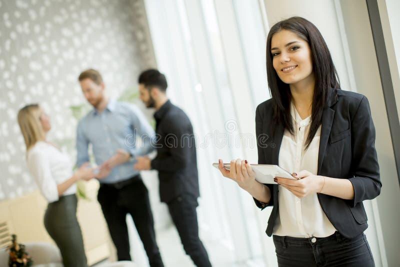 Femme d'affaires avec tablette dans le bureau photos libres de droits