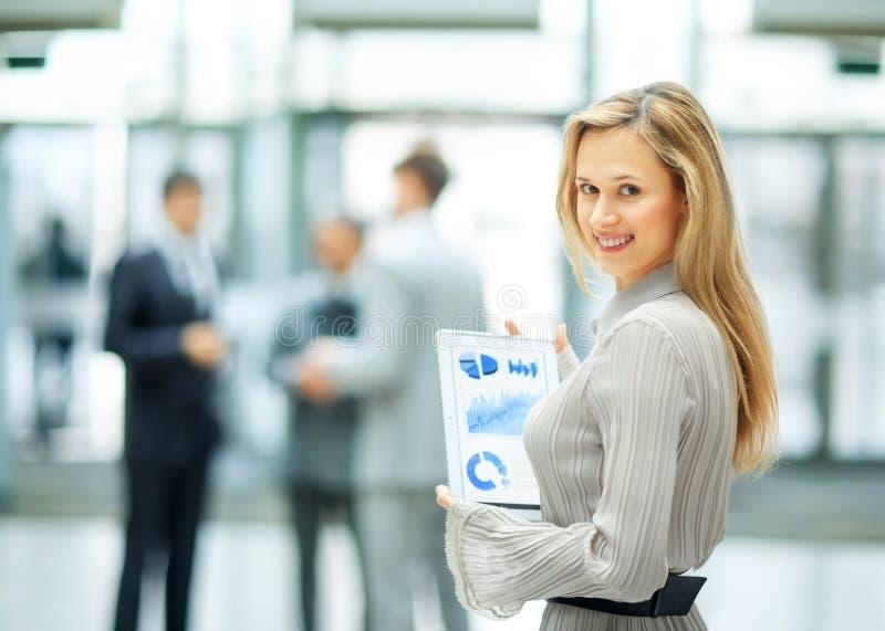 Femme d'affaires avec le graphique financier images stock