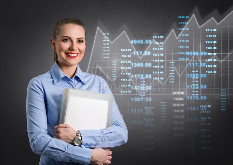 Femme d'affaires avec le graphique virtuel à l'arrière-plan images libres de droits