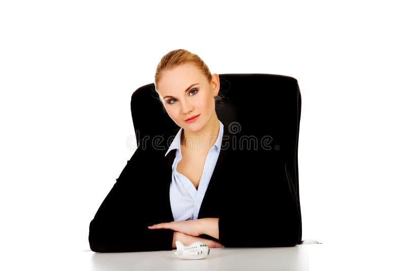 Femme d'affaires avec le jouet d'avion sur le bureau images libres de droits