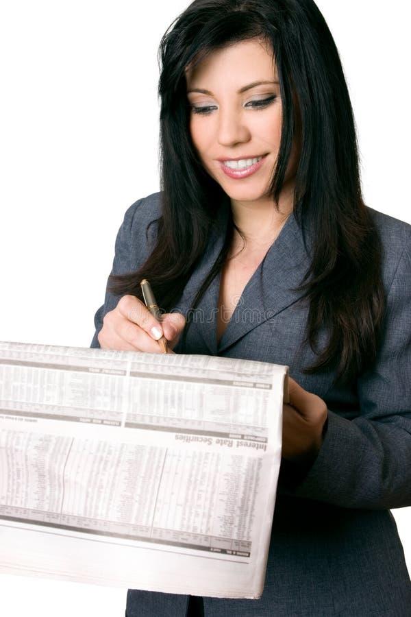 Femme d'affaires avec le journal photos stock