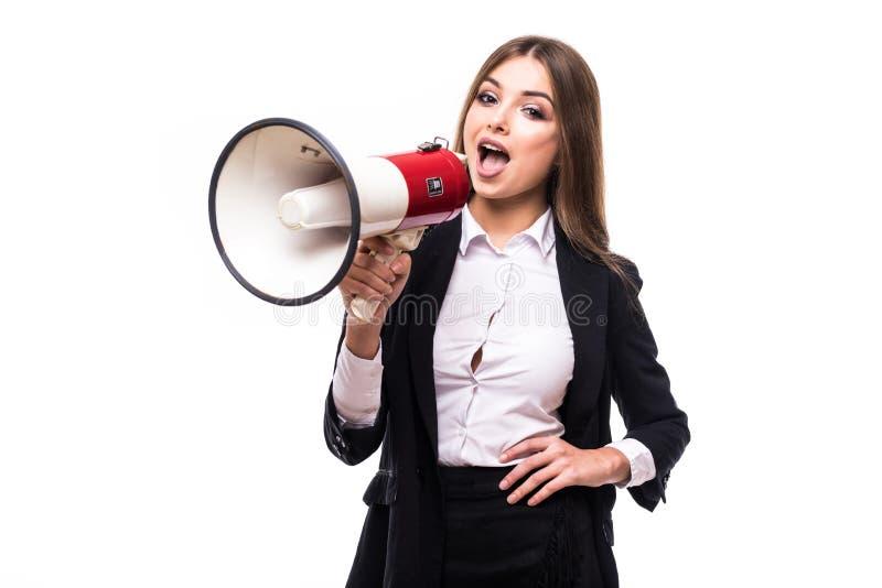 Femme d'affaires avec le mégaphone hurlant et criant d'isolement sur le fond blanc avec le costume photo libre de droits