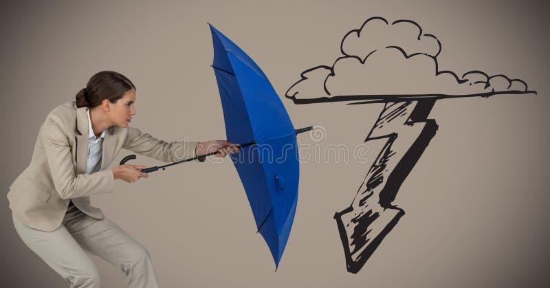 Femme d'affaires avec le parapluie bloquant le graphique de tempête sur le fond brun photo stock