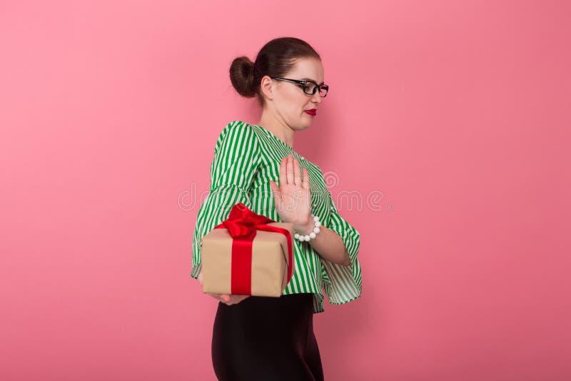 Femme d'affaires avec le petit pain et le présent de cheveux photographie stock libre de droits