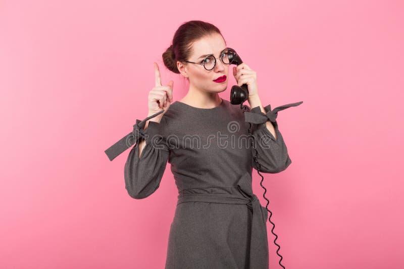 Femme d'affaires avec le petit pain et le téléphone de cheveux images libres de droits