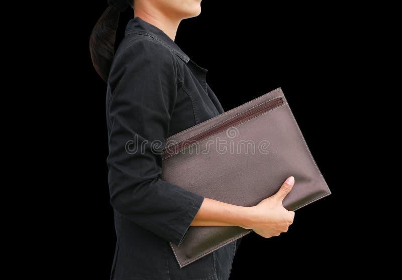 Femme d'affaires avec le sac en cuir d'isolement sur le fond noir image stock
