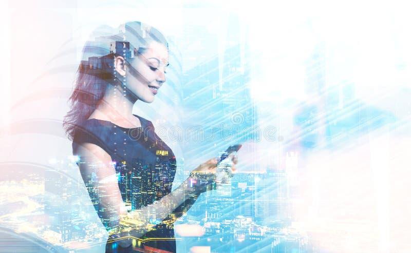 Femme d'affaires avec le smartphone dans la ville de nuit image stock