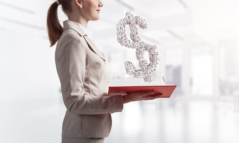 Femme d'affaires avec le symbole dollar au-dessus du livre ouvert photos stock