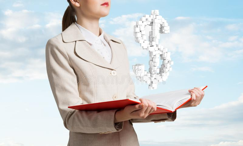 Femme d'affaires avec le symbole dollar au-dessus du livre ouvert photos libres de droits