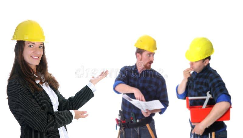 Femme d'affaires avec les travailleurs de la construction réussis photos libres de droits