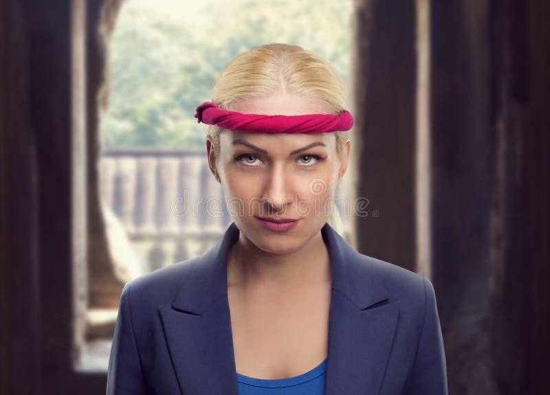 Femme d'affaires avec un bangage rouge photos stock