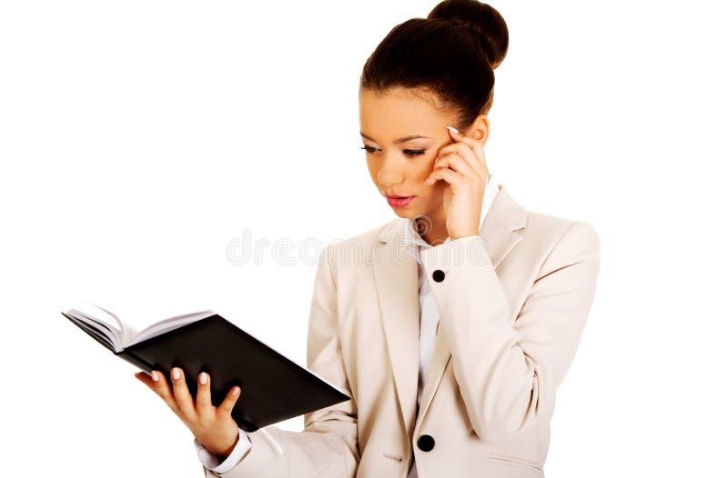 femme d'affaires avec un cahier photographie stock