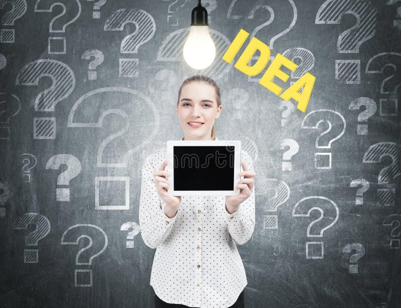 Femme d'affaires avec un comprimé, idées, questions photos libres de droits