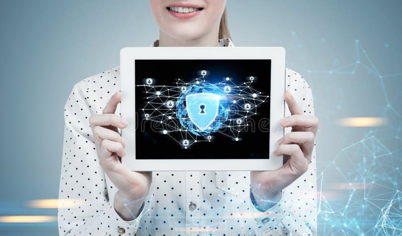 Femme d'affaires avec un comprimé, sécurité numérique photo libre de droits