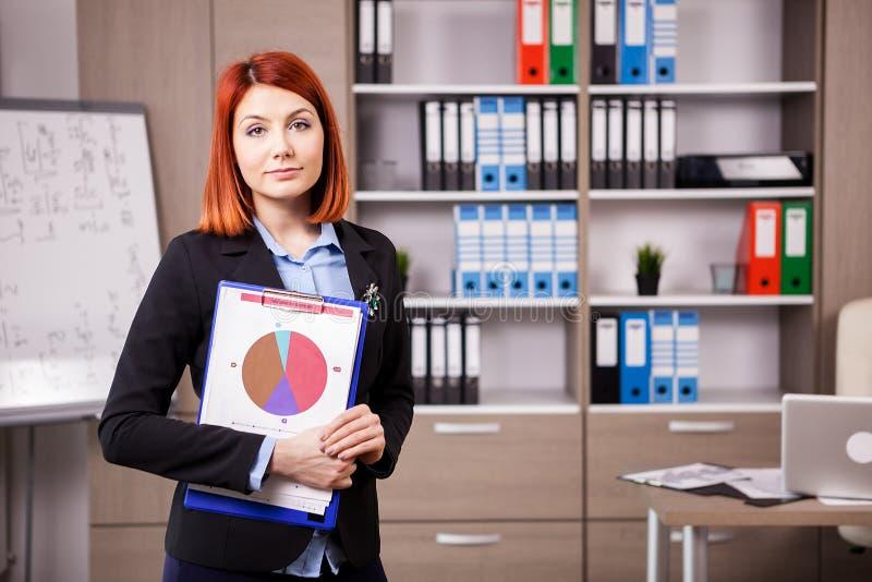 Femme d'affaires avec un dossier dans des mains photographie stock libre de droits