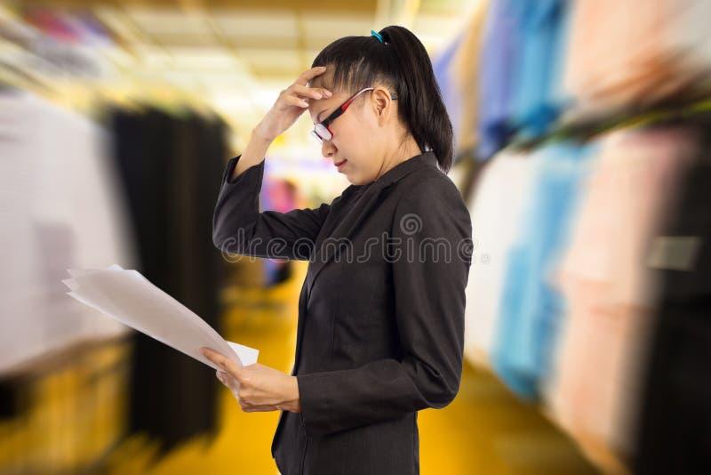 Femme d'affaires avec un mal de tête photo stock