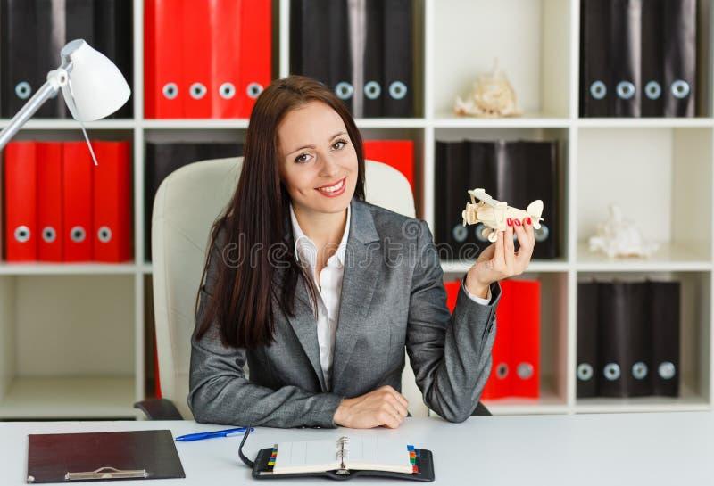 Femme d'affaires avec un modèle d'avion. photographie stock