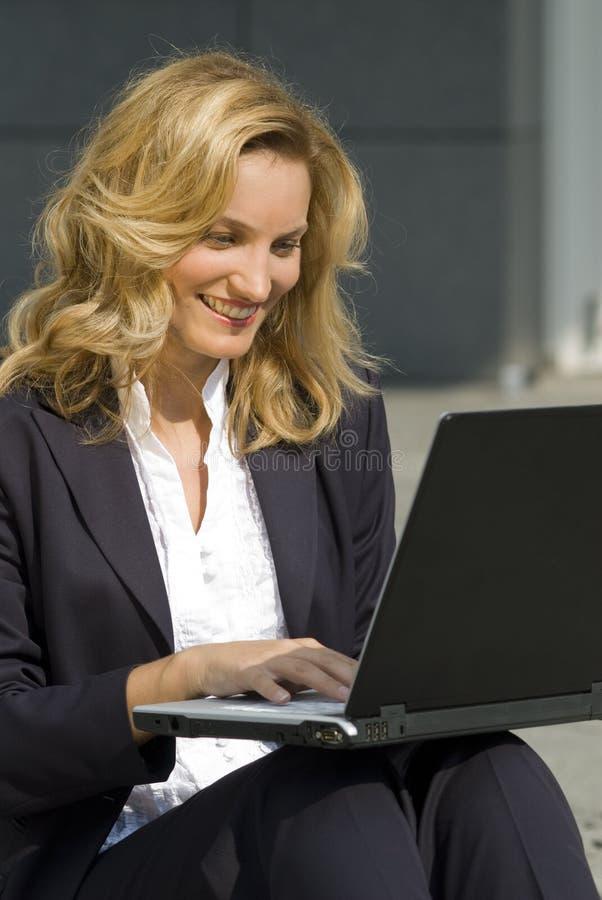 Femme d'affaires avec un ordinateur portatif photographie stock libre de droits
