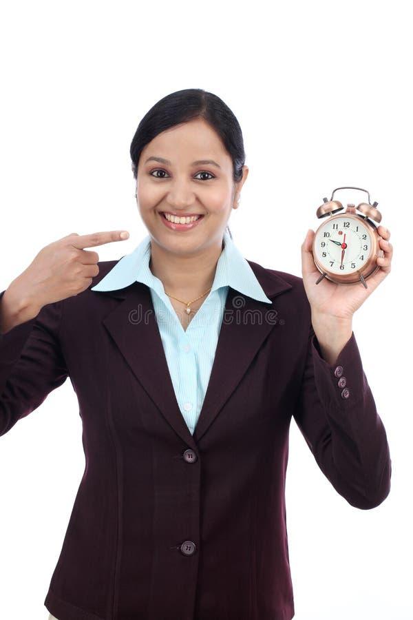 Femme d'affaires avec un réveil image stock