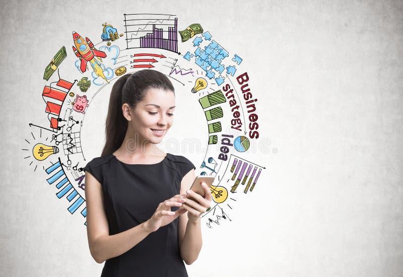 Femme d'affaires avec un smartphone, stratégie photographie stock libre de droits