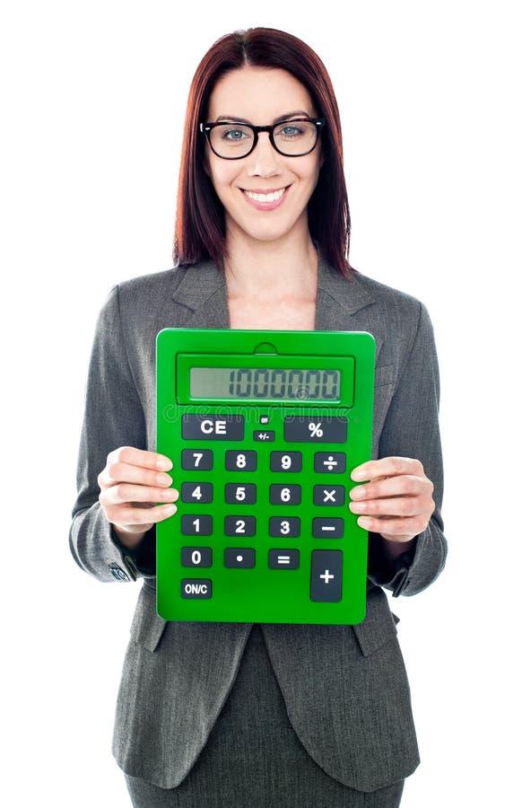 Femme d'affaires avec une calculatrice images stock